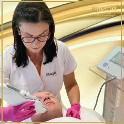 Transdermalne mikroprocesorowanie skóry, czyli mezoterapia bezigłowa MESO SKIN EPM. Dzięki tej nowoczesnej technologii możemy bezinwazyjnie odmłodzić, ujędrnić i zregenerować każdą skórę. 😍 👇 Mamy dla Was 30 % rabatu.🥰 🔹 Zabieg na twarz 👉175zł DODATKOWO PO ZABIEGU OTRZYMASZ OD NAS BON WARTOŚCI 50zł NA DRUGI ZABIEG. 🔹 Zabieg na twarz +szyja👉210zł DODATKOWO OTRZYMASZ OD NAS BON  WARTOŚCI 100zł NA DRUGI ZABIEG. 🔹 Zabieg na twarz+szyja+dekolt👉245zł DODATKOWO OTRZYMASZ OD NAS BON WARTOŚCI 150zł NA DRUGI ZABIEG. 👇 Zapraszamy😀 📞662 497 510