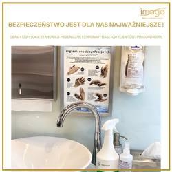 Bezpieczeństwo jest dla nas najważniejsze! 🥇🥇🥇 Zawsze dbamy o wysokie standardy higieniczne, o naszych klientów i pracowników ! 🧡 To dla nas nic nowego ! Zawsze tak było i będzie ! 👌Przygotowałyśmy się bardzo dobrze do nowych wytycznych, zadbałyśmy o każdy szczegół, abyście po powrocie do Nas czuli się jeszcze bardziej bezpiecznie i komfortowo !  Poniżej nowe zasady obowiązujące od poniedziałku: 🧡 DBAMY O KLIENTÓW: ✅ Przyjmujemy tylko zdrowe osoby, po wcześniejszej konsultacji ( przed wizytą wypełniamy krótką ankietę) ✅ Ograniczamy liczbę klientów; przyjmujemy ich w odpowiednich odstępach czasowych ✅ Poczekalnia jest wyłączona z użytku ✅ Zachowujemy bezpieczną odległość 2 m między klientami ✅ Klientów prosimy o noszenie maseczek, rękawiczek jednorazowych i/lub dezynfekcję rąk ✅ Do zabiegów używamy jednorazowych artykułów higienicznych: czepki, opaski, ręczniki, tuniki lub wielorazowych , pranych po każdym kliencie ✅ Przy zabiegach manicure/pedicure klient otrzymuje pakiet higieniczny ( jednorazowy pilnik, bloczek polerski, patyczek do usuwania skórek, tarkę do stóp, kapturek ścierny itd.; pozostałe narzędzia: frezy, cążki są sterylizowane w autoklawie) ✅ Serwujemy kawę, herbatę, wodę tylko w jednorazowych opakowaniach. 🧡 DBAMY O SIEBIE: ✅ Zachowujemy bezpieczną odległość między pracownikami 2 m ✅ Stanowiska pracy to zupełnie oddzielne kabiny zabiegowe ✅ Nosimy maseczki, rękawiczki, a nawet gogle lub przyłbice przy wykonywaniu zabiegów, tak, by chronić nos, oczy, usta ✅ Wizyty umawiamy tylko telefonicznie ✅ Dbamy o swoje zdrowie wzmacniając odporność 🧡 DBAMY O NASZE POMIESZCZENIA: ✅ W każdym z pomieszczeń znajdują się płyny do dezynfekcji ✅ Dezynfekujemy wszystkie możliwe powierzchnie kontaktowe (klamki, uchwyty,blaty itd.) ✅ Dezynfekujemy po każdym kliencie fotel kosmetyczny, urządzenia, narzędzia, pomieszczenia. ✅ W recepcji znajduje się specjalny sterylizator powietrza, najwyższej jakości, który działa na całej kubaturze gabinetu. ✅ Stosujemy się do wszystkich wyt